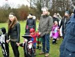 Børn og forældre klar til at møde tønden